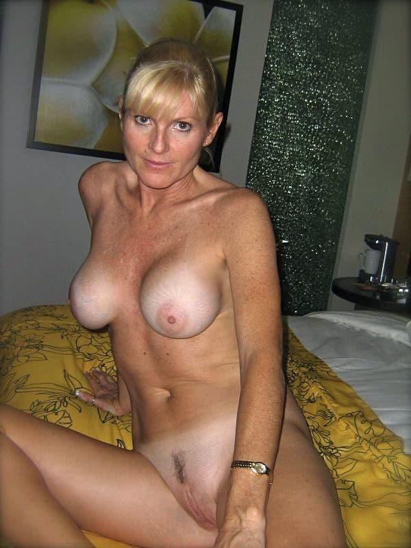 femme cougar blonde